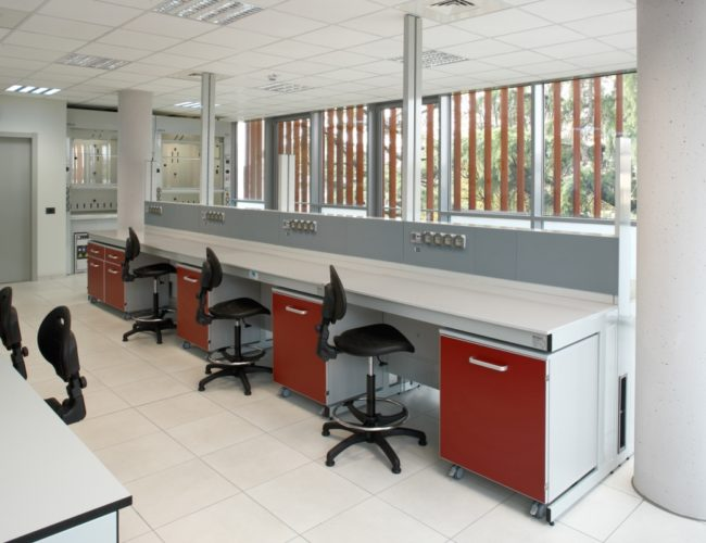 arredo-per-laboratorio-rosso-AHSI